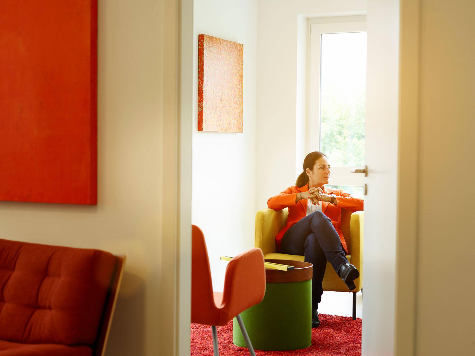 Manuela Reibold-Rolinger auf gelbem Sessel