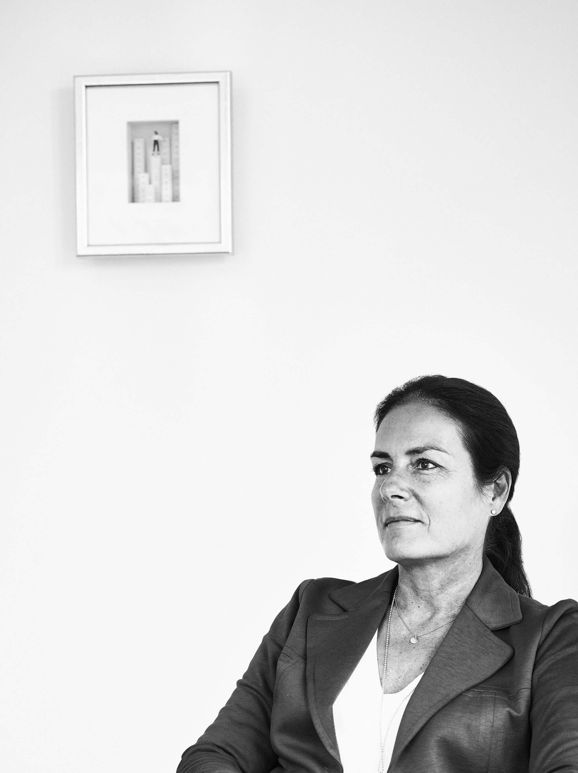 Schwarz-Weiß-Foto von Rechtsanwältin Manuela Reibold-Rolinger