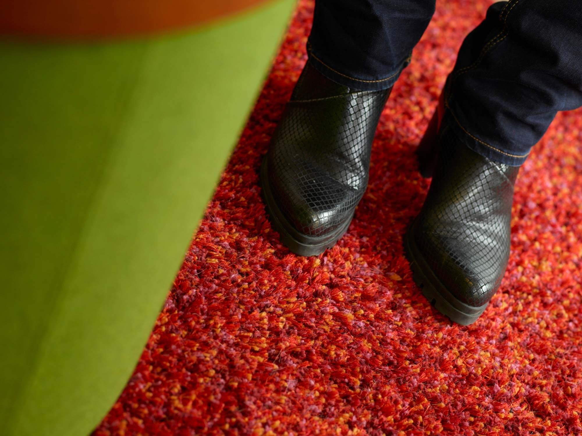 Schuhe von Manuela Reibold-Rolinger auf einem roten Teppich
