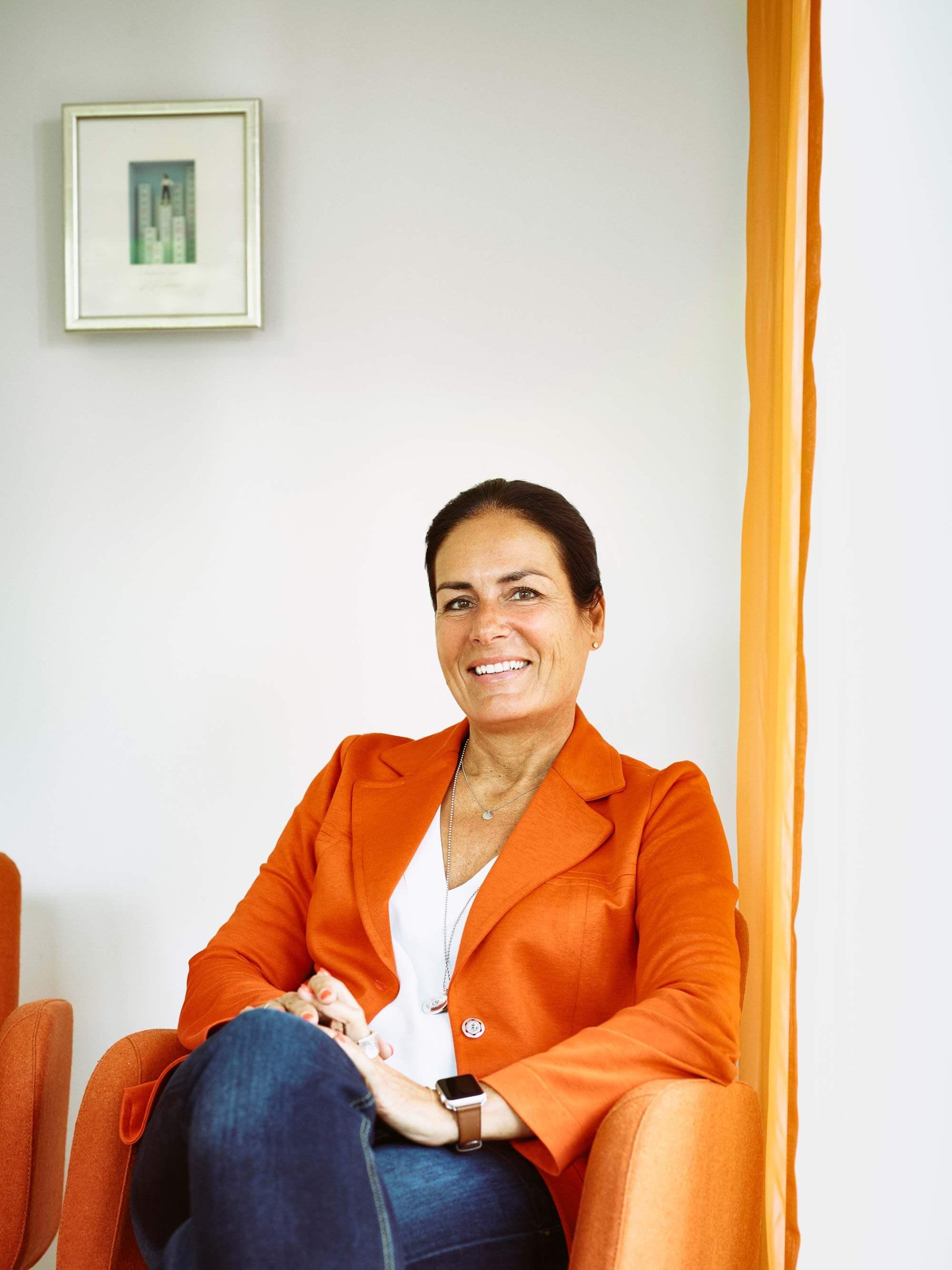 Manuela Reibold-Rolinger mit orangenfarbenem Jacket