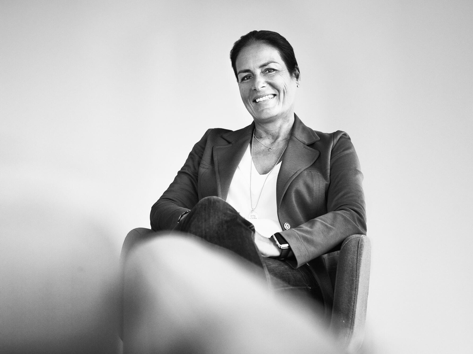Manuela Reibold-Rolinger lächelnd - Schwarz-Weiß-Foto