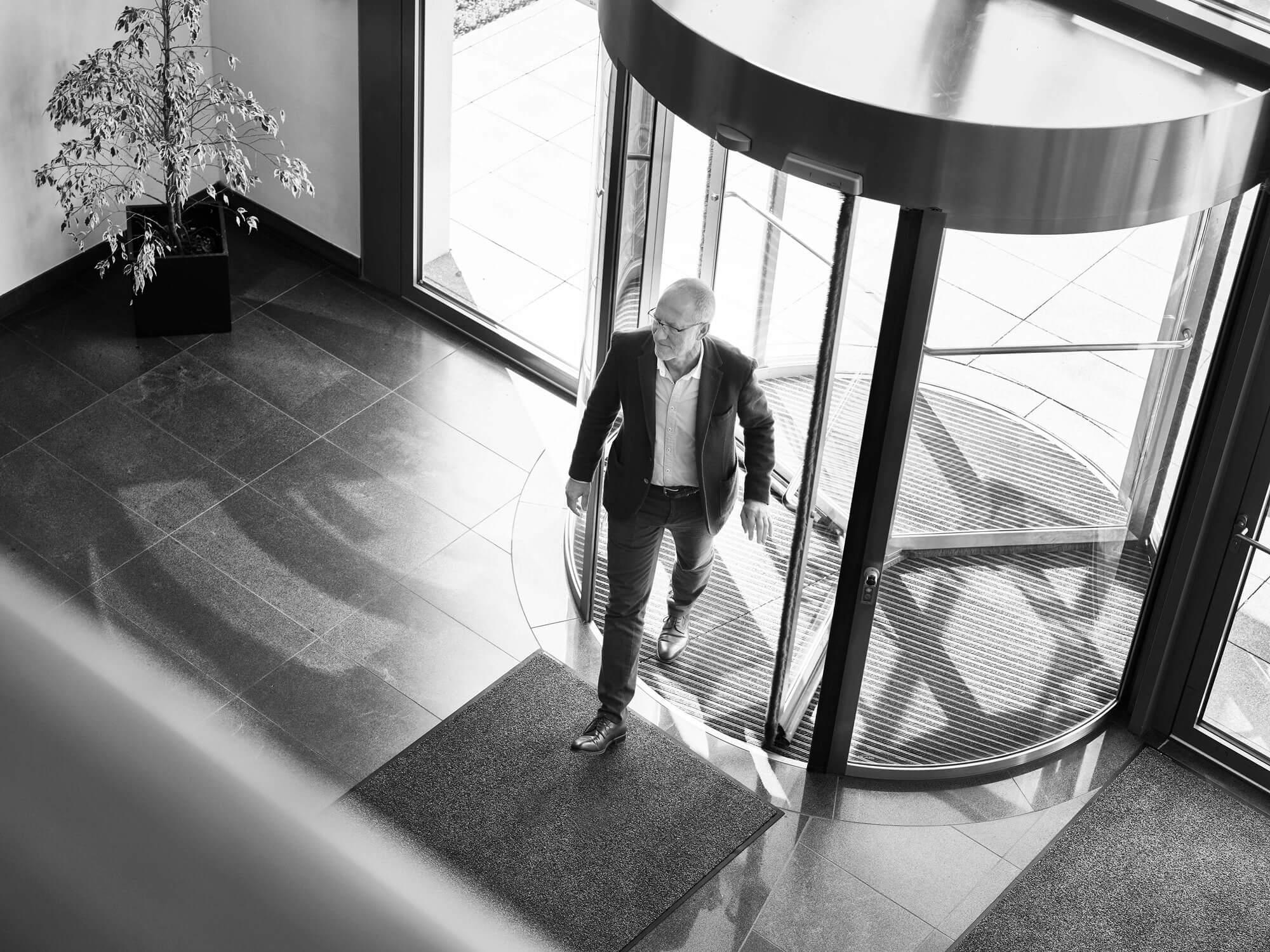 Ralf Dreher betretet das Firmengebäude