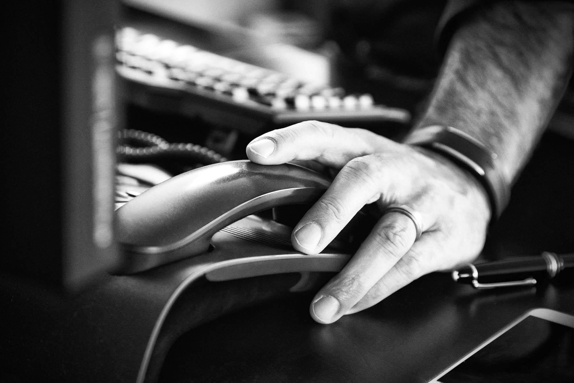 Hand von Holger Zulauf am Telefon