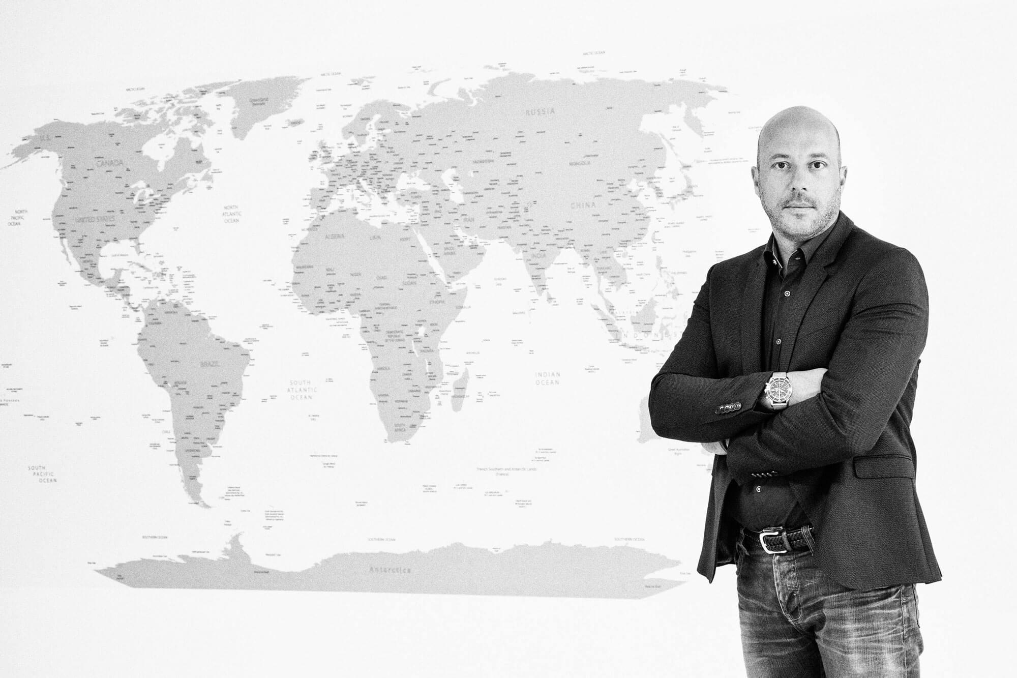 Holger Zulauf mit Weltkarte im Hintergrund