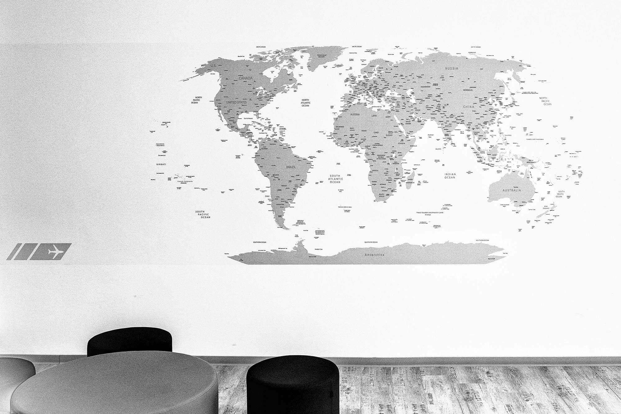 Weltkarte schwarz-weiß mit kleinem Tisch und Hockern